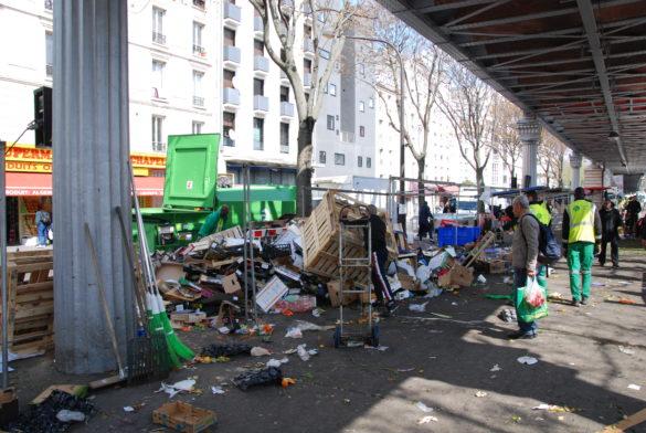 Les commerçants s'apprêtent à quitter le Marché de Barbès et laissent des montagnes de détritus. (Photo: Antoine Trinh)
