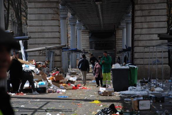 En attendant que les tentiers retirent les barres d'acier, plusieurs personnes restent pour fouiller dans les ordures.(Photo: Antoine Trinh)