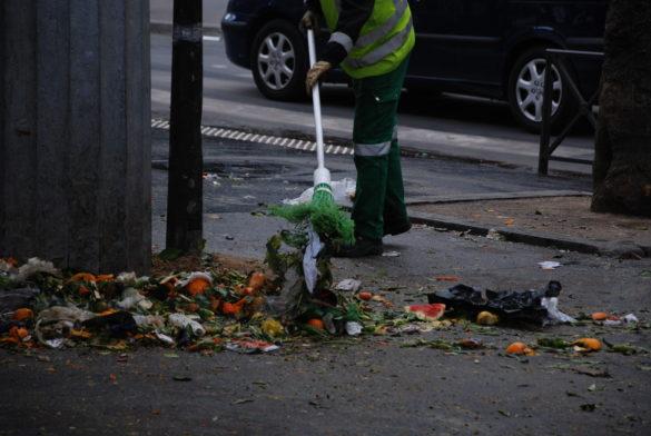 Un agent de la fonctionnelle balaie les déchets du marché. (Photo: Antoine Trinh)