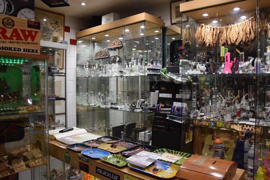 En entrant dans le musée, les visiteurs peuvent voir une abondance de produits hétéroclites.
