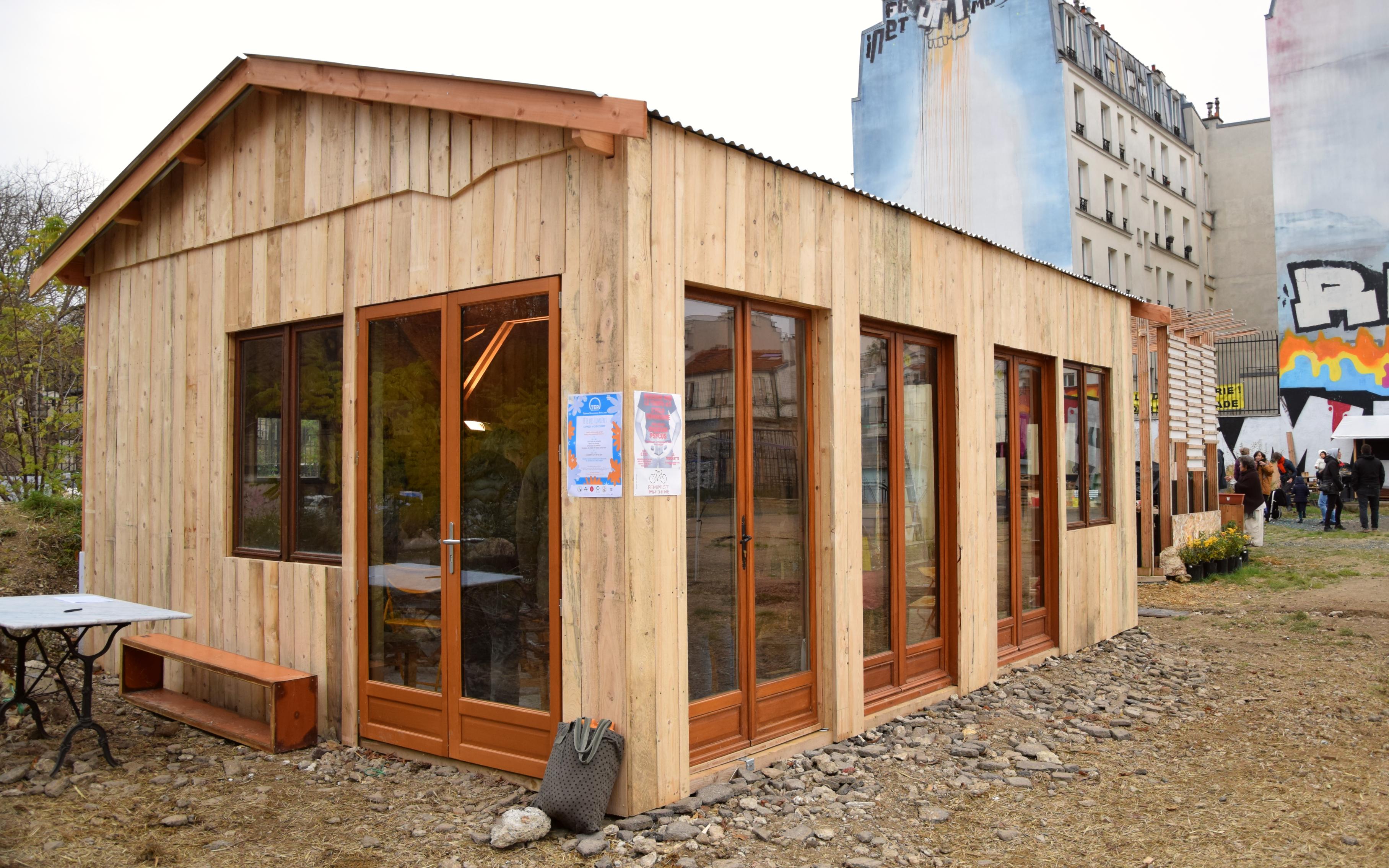 Une cabane en bois sur le TEP, construite par les membres du collectif la Chaise en action.